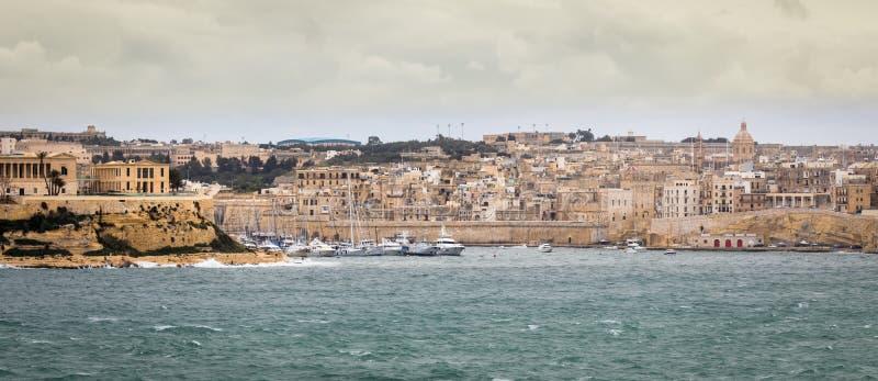 Opinión panorámica sobre el horizonte de Senglea, de Vittoriosa y del puerto deportivo fotos de archivo libres de regalías