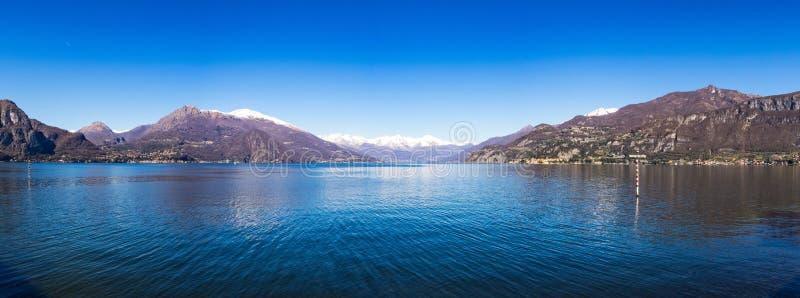 Opinión panorámica sobre el lago Como según lo visto del embarcadero de Bellagio imagen de archivo