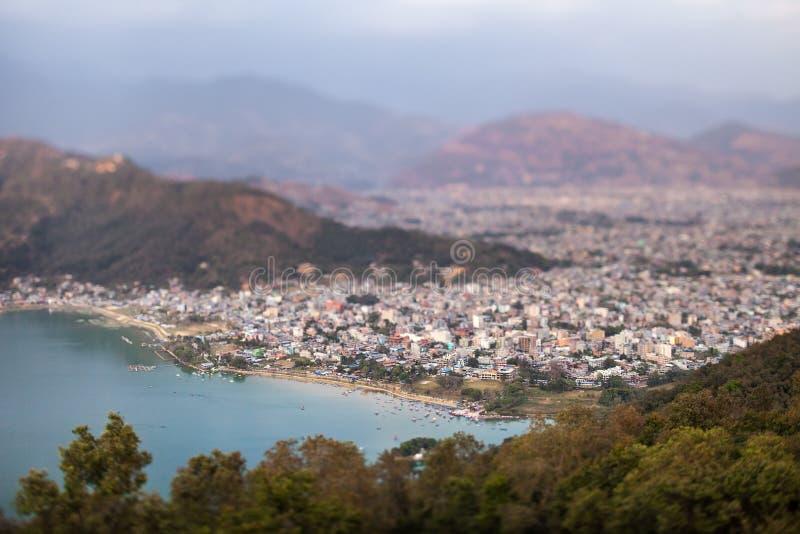 Opinión panorámica sobre el lago Pheva y una parte de la ciudad de Pokhara imagen de archivo