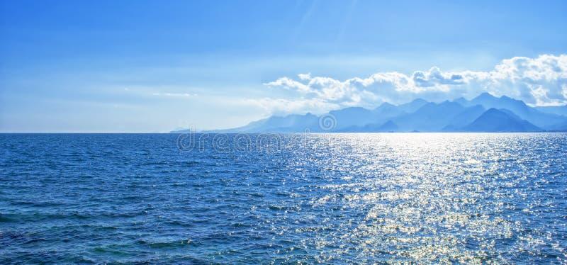 Opinión panorámica sobre el mar Mediterráneo y las montañas de un puerto en la ciudad vieja Kaleici Antalya, Turquía imagen de archivo