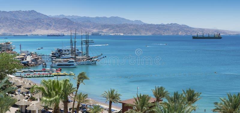 Opinión panorámica sobre el Mar Rojo de la playa central de Eilat fotos de archivo