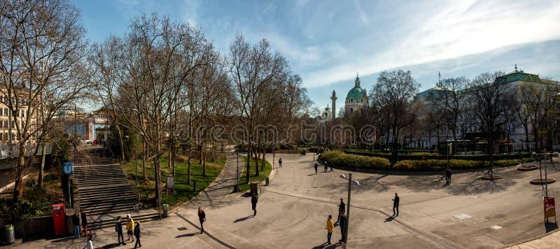 Opinión panorámica sobre el parque de Karlsplatz y de Resselpark fotos de archivo libres de regalías