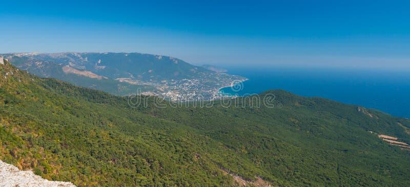 Opinión panorámica sobre la ciudad de Yalta de la montaña de Ai-Petri fotos de archivo