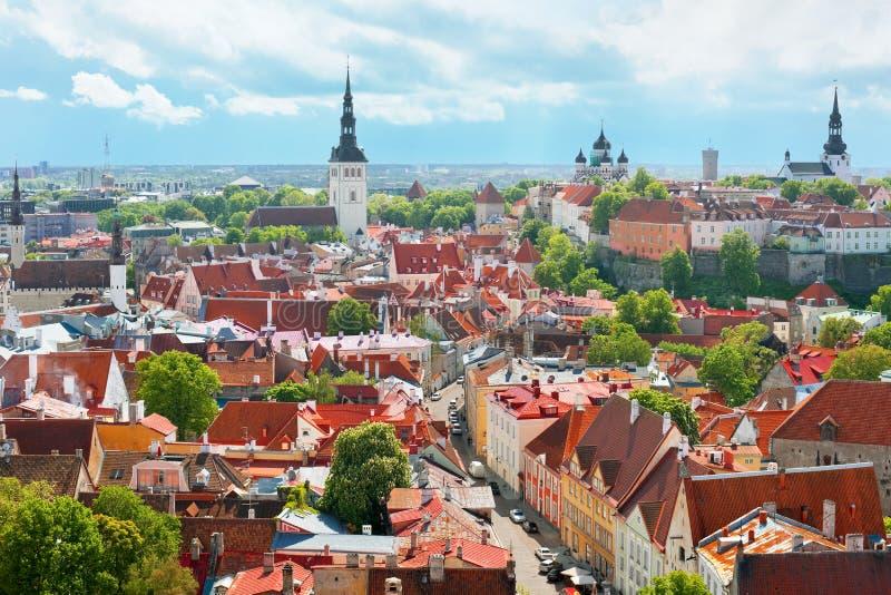 Opinión panorámica sobre la ciudad vieja de Tallin imagen de archivo
