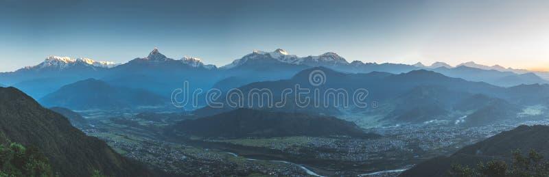 Opinión panorámica sobre la cordillera de Annapurna en la puesta del sol imágenes de archivo libres de regalías