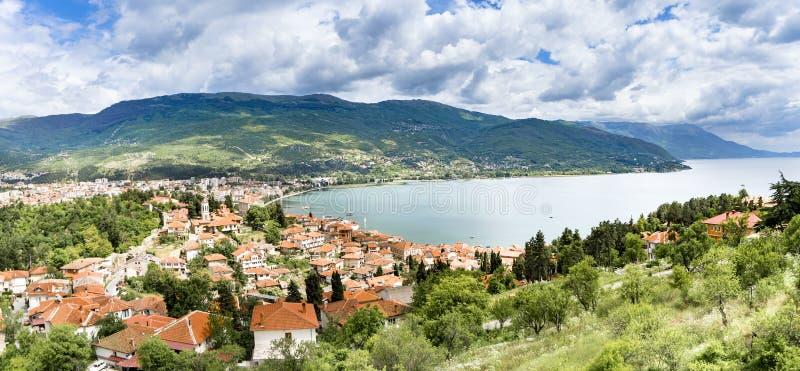 Opinión panorámica sobre la nueva ciudad de la ciudad de Ohrid en Macedonia foto de archivo libre de regalías