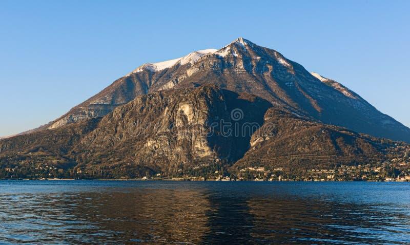 Opinión panorámica sobre las montañas alrededor del lago Como en Lombardía, Italia foto de archivo