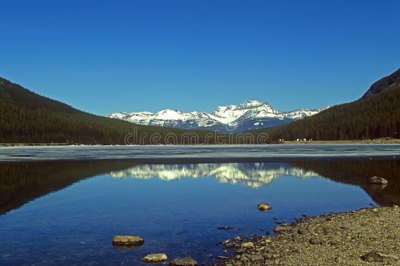 Opinión panorámica sobre las montañas canadienses de Rockies fotos de archivo