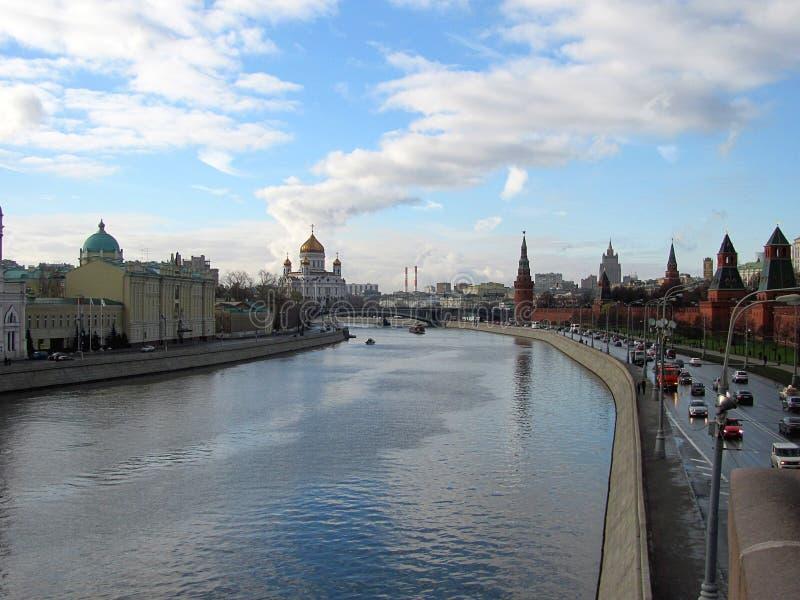Opinión panorámica sobre las torres del Kremlin de la Plaza Roja de Moscú, Cristo la catedral del salvador, río de Moscú imagen de archivo libre de regalías