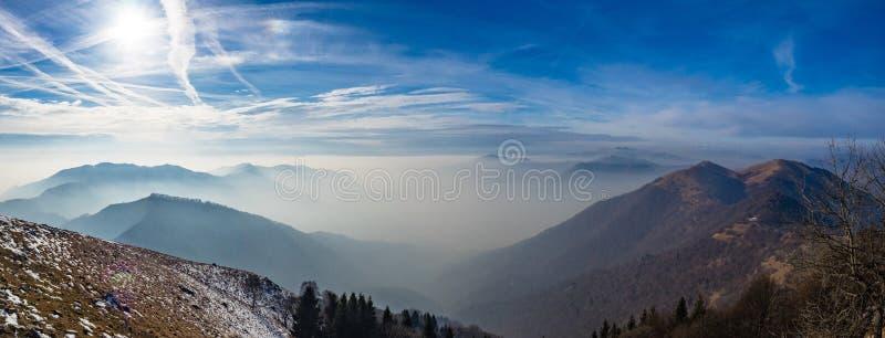 Opinión panorámica sobre Lombardía Prealps en día de invierno de niebla imagen de archivo