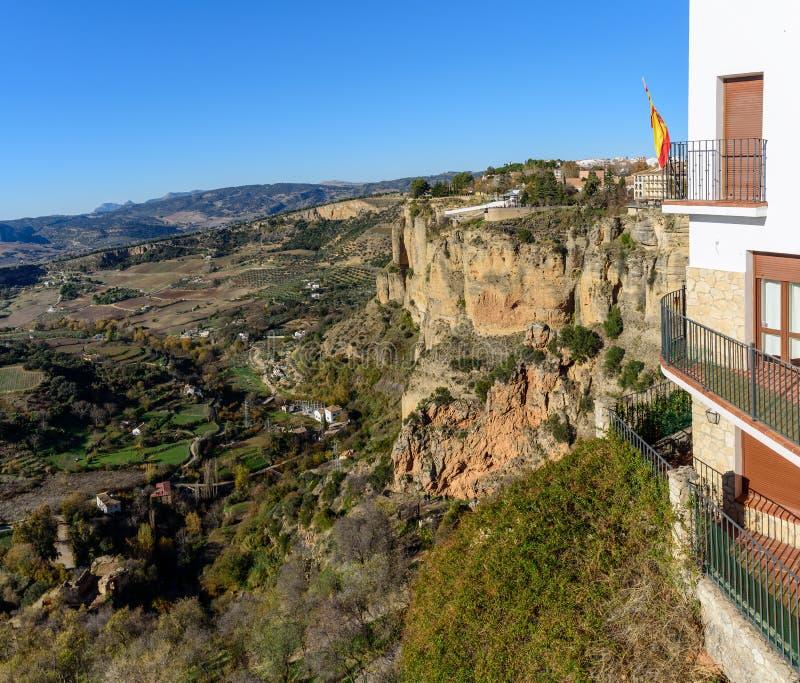 Opinión panorámica sobre paisaje andaluz de rocas de la ciudad de Ronda, España imagen de archivo libre de regalías