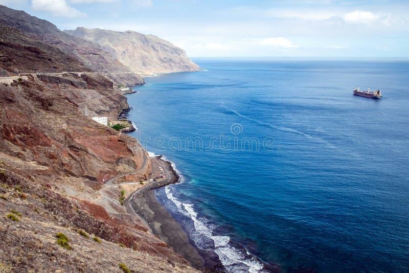 Opinión panorámica sobre Playa de Las Gaviotas Beach con la arena y Océano Atlántico negros, Tenerife imagen de archivo libre de regalías