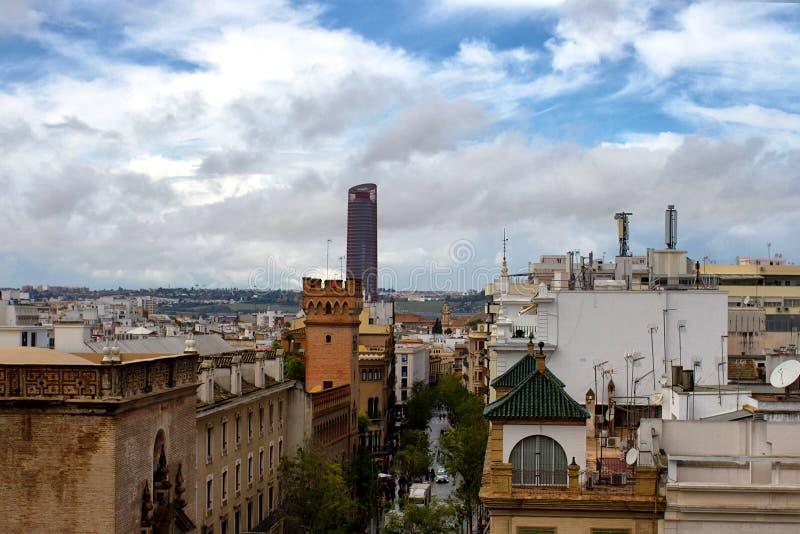Opinión panorámica sobre Sevilla con la torre de Sevilla imagenes de archivo