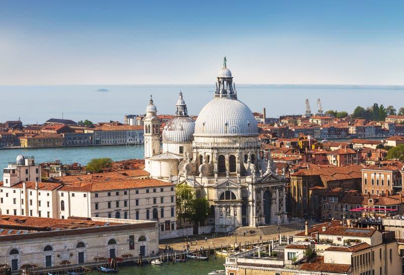 Opinión panorámica sobre Venecia y la basílica Santa Maria della Salute del campanario de la catedral del ` s de St Mark foto de archivo libre de regalías