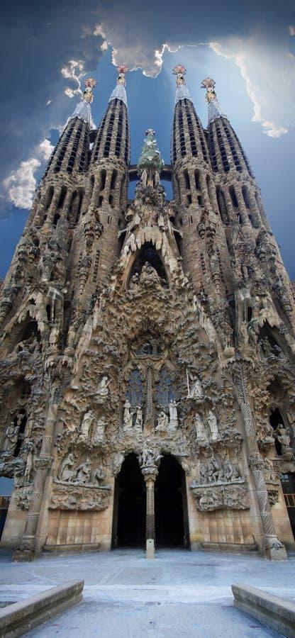Opinión panorámica vertical de Sagrada Familia fotografía de archivo