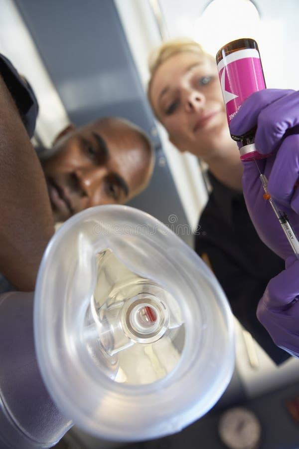 Opinión paramédicos con la máscara de oxígeno fotos de archivo