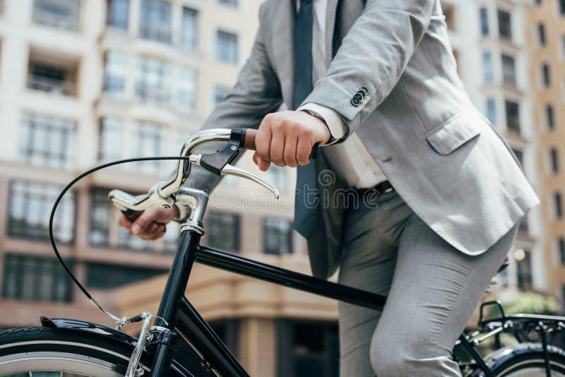 opinión parcial el hombre de negocios en biking del traje foto de archivo libre de regalías