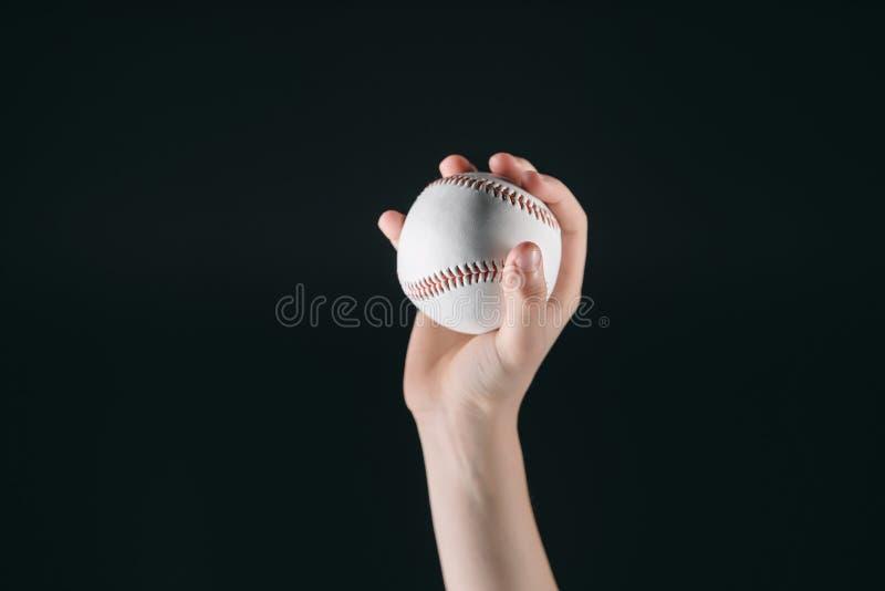 Opinión parcial el niño que sostiene la bola del béisbol imagen de archivo