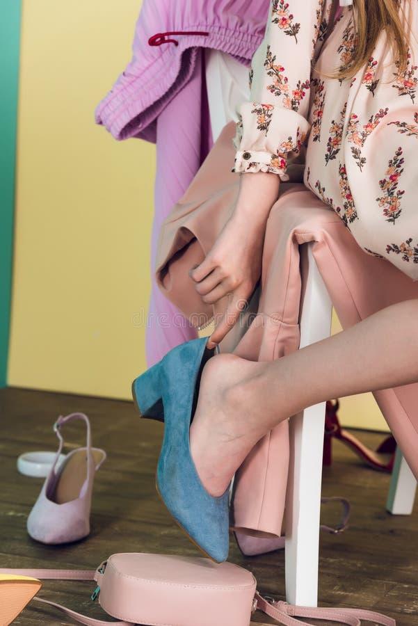 opinión parcial la muchacha elegante con los zapatos imagen de archivo