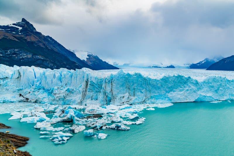 Opinión Perito Moreno Glacier con el iceberg que flota en el lago argentina fotografía de archivo libre de regalías