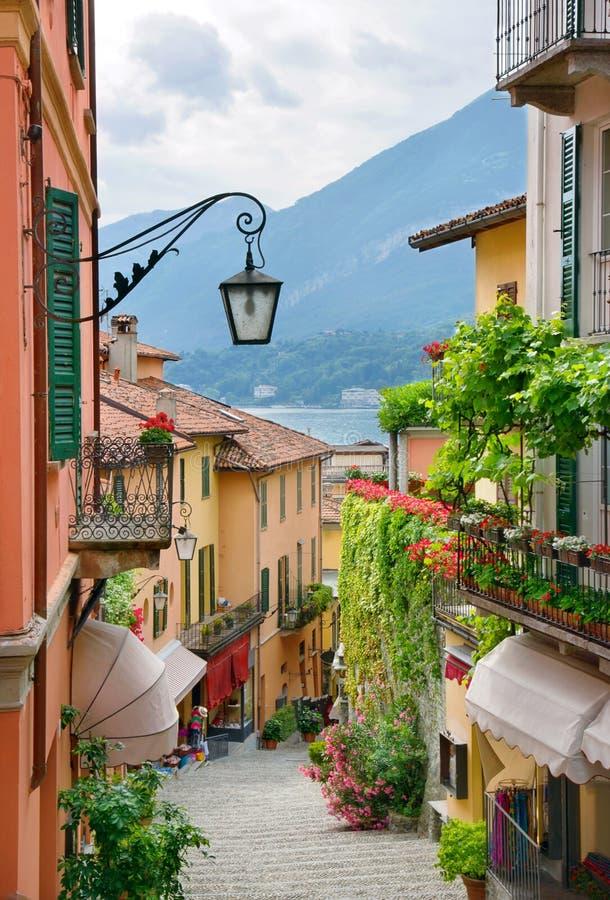 Opinión pintoresca de la calle de la pequeña ciudad en el lago Como Italia imágenes de archivo libres de regalías