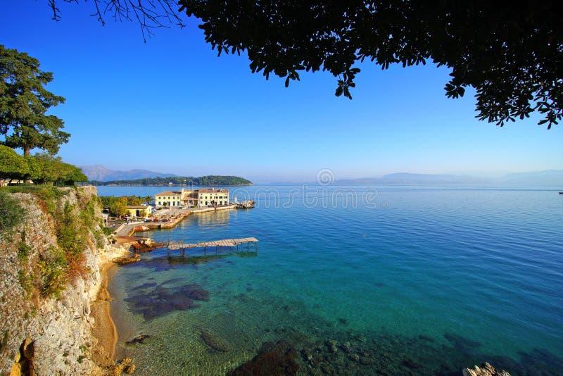 Opinión pintoresca de la playa en la ciudad de Corfú situada adyacente a Spianada imagenes de archivo