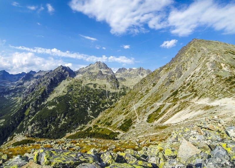 Opinión pintoresca de las altas montañas de Tatras, Eslovaquia del verano foto de archivo