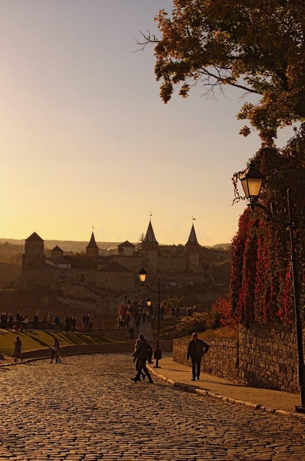 Opinión pintoresca del paisaje del otoño del castillo Camino medieval de la piedra del adoquín que lleva al castillo foto de archivo libre de regalías