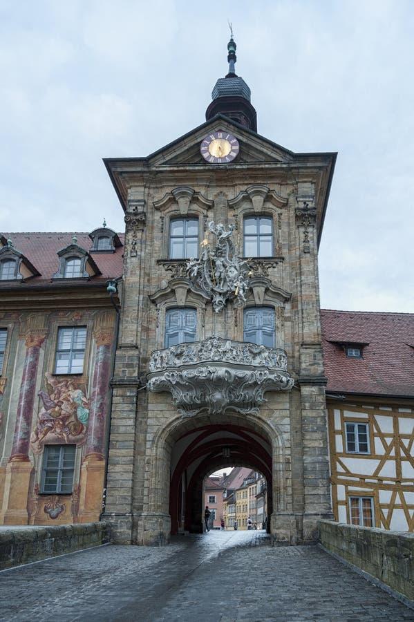 Opinión pintoresca sobre la ciudad vieja Hall Altes Rathaus en la isla en la ciudad de Bamberg con dos puentes sobre el río de Re fotos de archivo