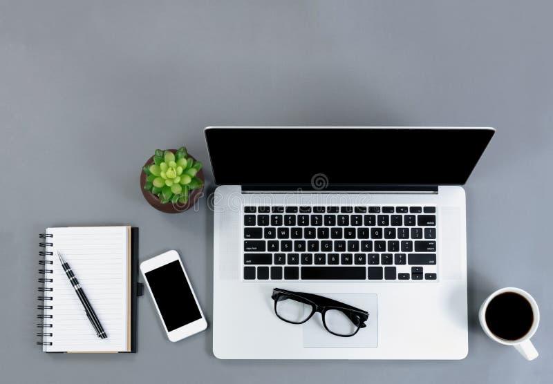 Opinión plana de la endecha del escritorio gris con la tecnología inalámbrica funcional a fotos de archivo libres de regalías