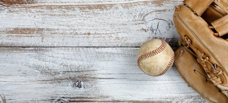 Opinión plana de la endecha del viejo béisbol y del mitón en BO de madera rústica blanca fotos de archivo libres de regalías