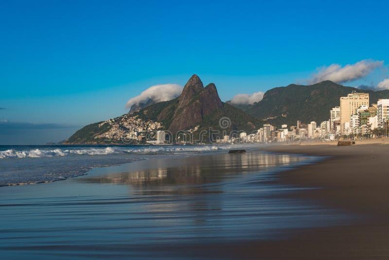 Opinión por la mañana, Rio de Janeiro, el Brasil de la playa de Ipanema imágenes de archivo libres de regalías
