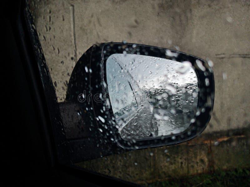 Opinión posterior del espejo - visibilidad afectada de la lluvia fotografía de archivo
