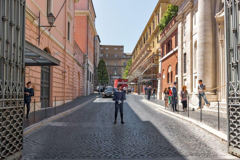 Opinión que sorprende la Ciudad del Vaticano que visita de la gente, Roma, Italia imagen de archivo libre de regalías