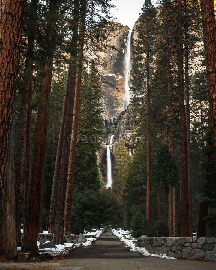 Opinión rara de las cataratas de Yosemite de la calzada con pocas personas en sitio foto de archivo