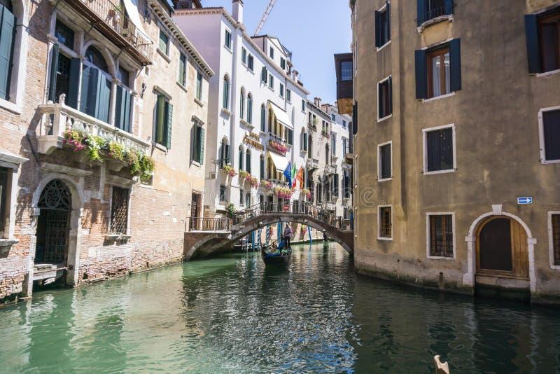 Opinión Rio Marin Canal con los barcos y las góndolas del Ponte de la Bergami en Venecia, Italia Venecia es una popular foto de archivo