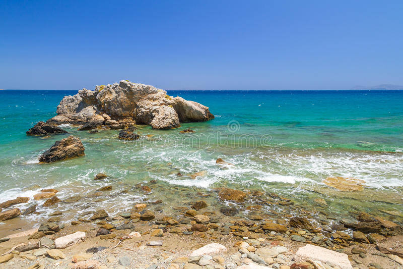 Opinión rocosa de la bahía con la laguna azul en Creta