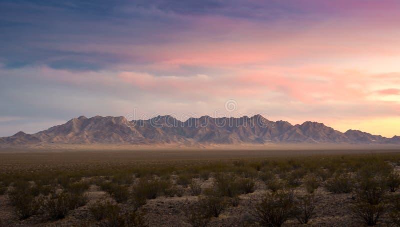 Opinión roja del panorama del barranco de la roca del día nublado de la puesta del sol foto de archivo libre de regalías