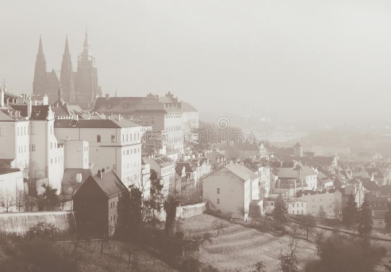 Opinión romántica sobre Praga desde arriba Tarjeta entonada sepia en estilo retro del vintage imagen de archivo libre de regalías