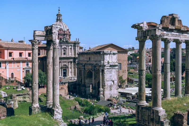 Opinión Roman Forum con el templo del romano de Saturn Foro foto de archivo