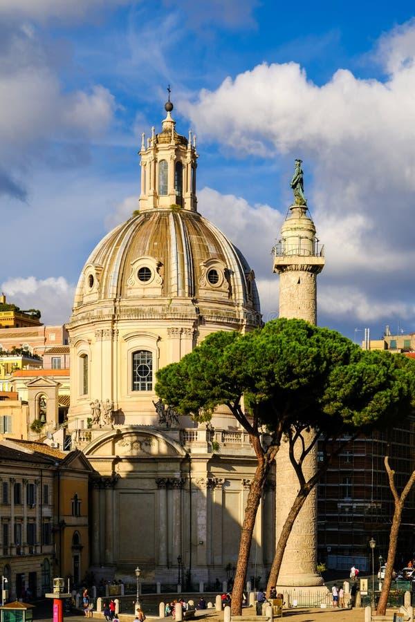 Opinión Roman Forums, la columna de Trajan e iglesia del nombre santo de Maria Santissimo Nome di Maria imagen de archivo