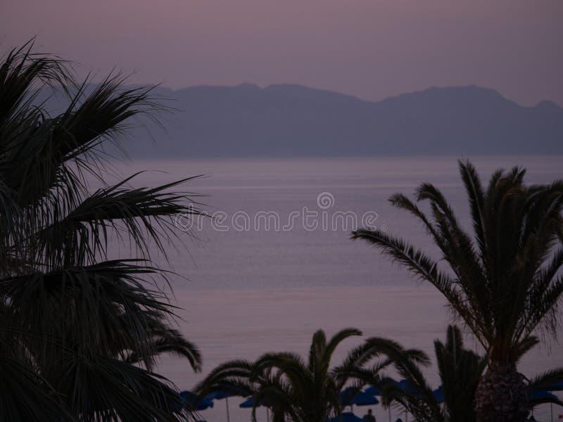 Opini?n rosada hermosa del mar de la puesta del sol en la isla griega imagen de archivo