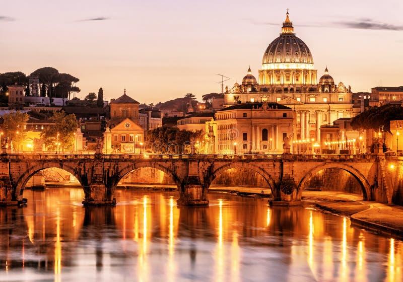 Opinión Sant'Angelo y San Pedro de la noche en Roma imagenes de archivo
