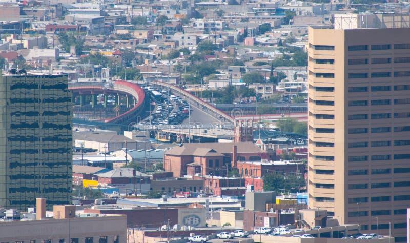 Opinión Santa Fe International Bridge con el tráfico que espera para entrar en los E.E.U.U. imágenes de archivo libres de regalías