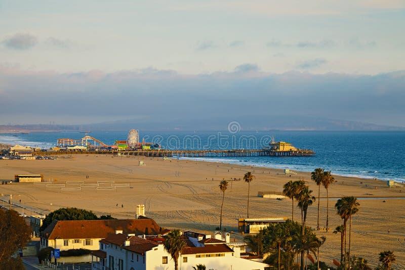 Opinión Santa Monica Pier en la puesta del sol fotografía de archivo libre de regalías
