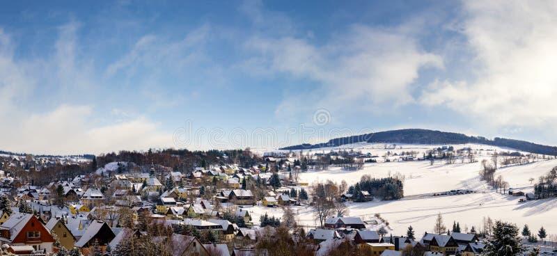 Opinión Seiffen del panorama en invierno Montañas del mineral de Sajonia Alemania fotos de archivo