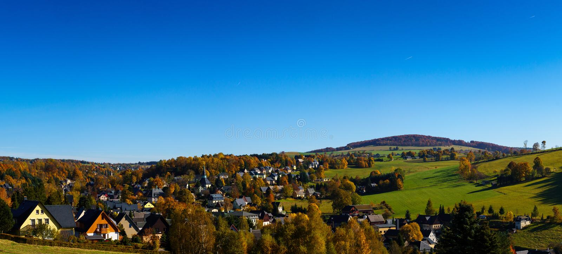 Opinión Seiffen del panorama en otoño Montañas del mineral de Sajonia Alemania imagen de archivo