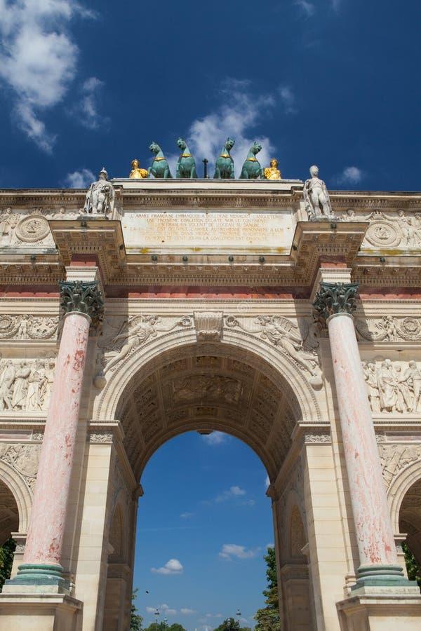 Opinión sobre Arc de Triomphe en París francia foto de archivo