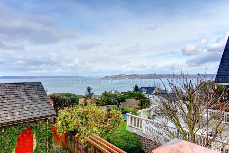 Opinión sobre bahía de un pórtico del patio trasero imagen de archivo