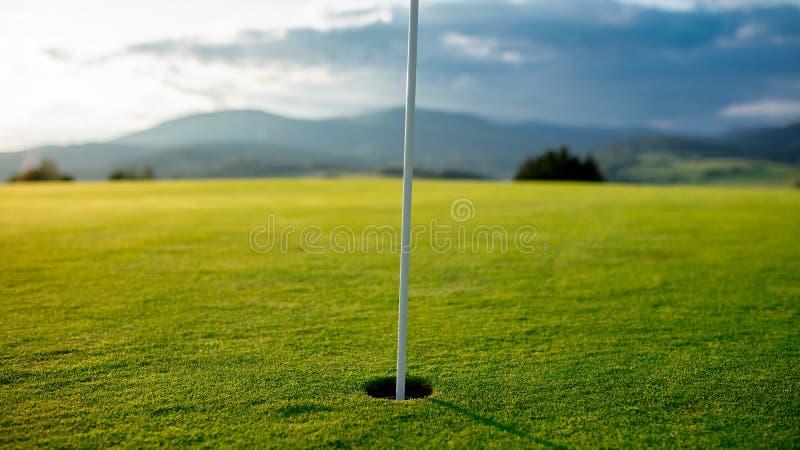 Opinión sobre campo del golf en montañas fotos de archivo libres de regalías